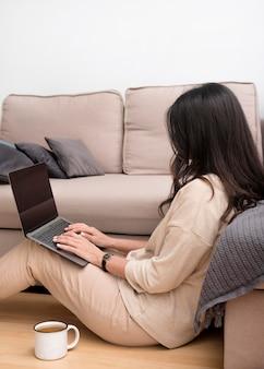 Donna indipendente che lavora a casa