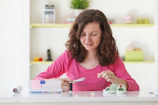 Donna indipendente che lavora con i mestieri di lana del bambino