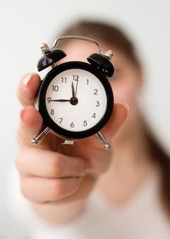 Donna indipendente con orologio