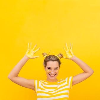 Donna infantile con palme dipinte