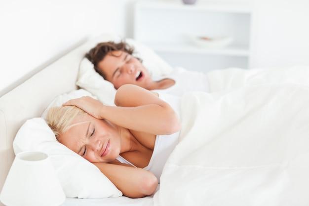 Donna infastidita risvegliata dal russare del suo ragazzo