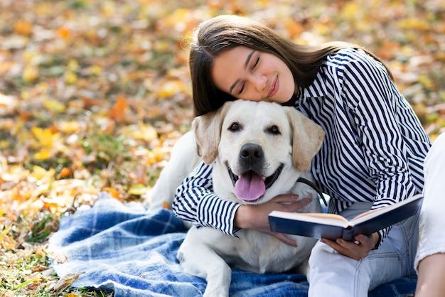 Donna innamorata del suo labrador