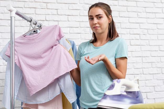 Donna interrogante del colpo medio con i vestiti