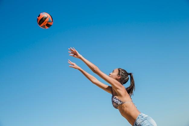 Donna, lancio, sfera, spiaggia