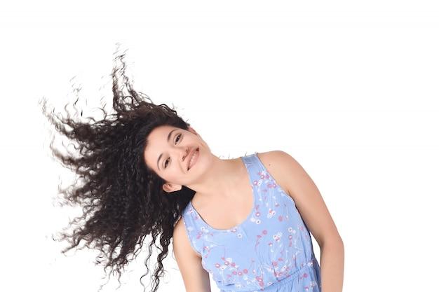 Donna latina scuotendo i capelli ricci