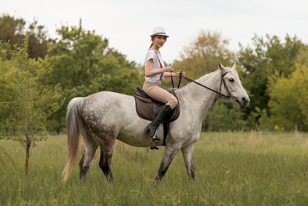 Donna liberare un cavallo in campagna