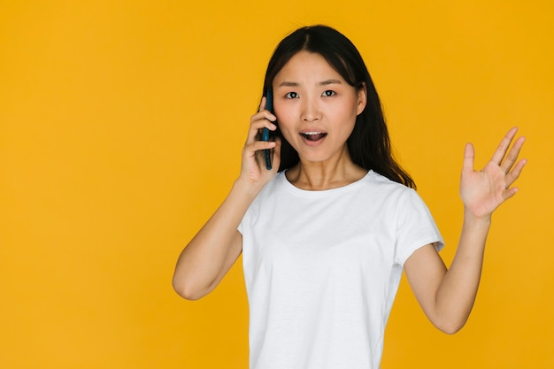 Donna litigare al telefono