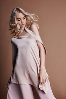 Donna lussuosa sexy in un vestito collezione autunnale