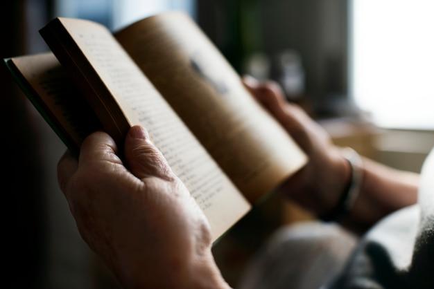 Donna maggiore che legge un libro