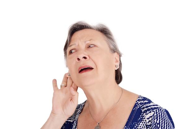 Donna maggiore che prova ad ascoltare qualcosa