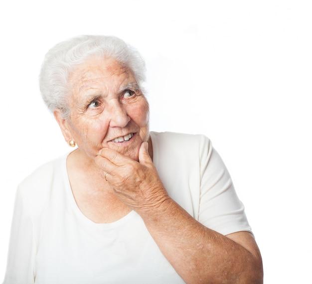 Donna maggiore premuroso con la mano sul viso