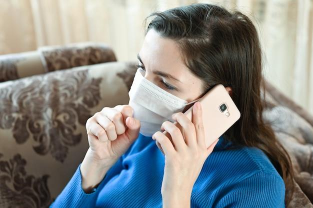 Donna malata che chiama dal medico