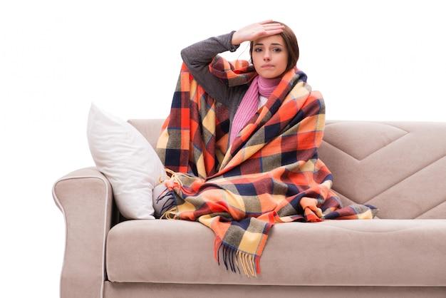 Donna malata sdraiata sul divano