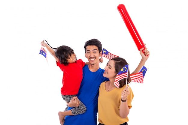 Donna malese che tiene la bandiera nazionale della malesia con il marito