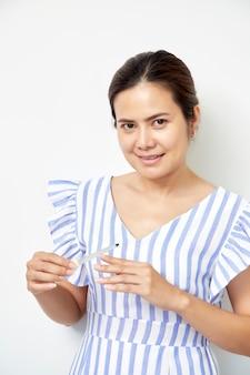 Donna mano raschiando le unghie con lima per unghie