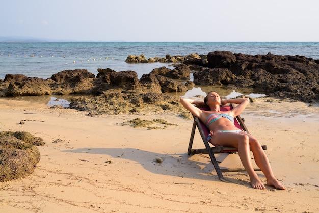 Donna matura bella turista rilassante in spiaggia