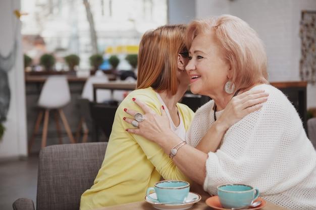 Donna matura che incontra sua madre senior alla caffetteria