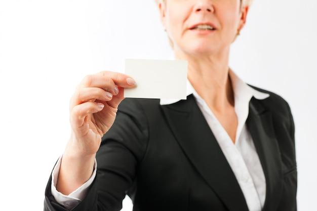 Donna matura che mostra il suo biglietto da visita