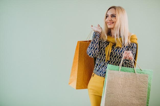 Donna matura con borse della spesa