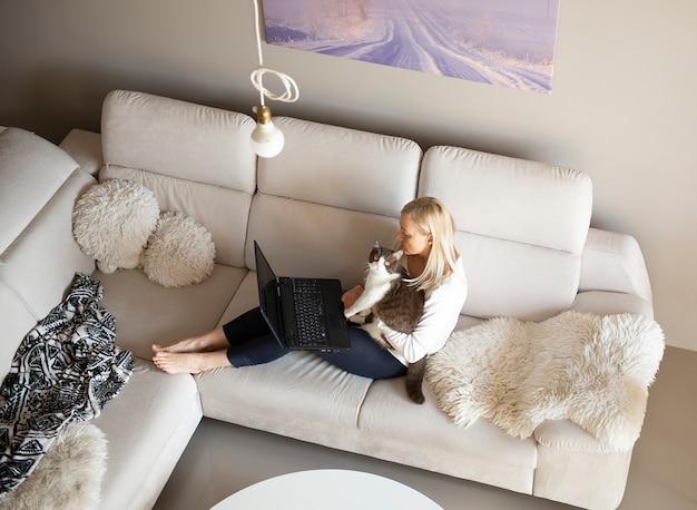 Donna matura e simpatico gatto parlando attraverso la chat video