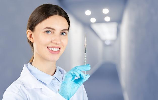 Donna medico con una siringa di medicina