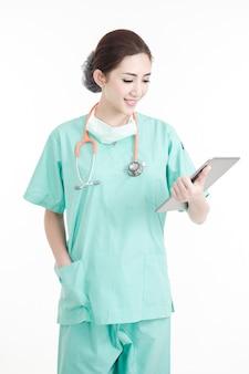 Donna medico in possesso di tablet in funzione