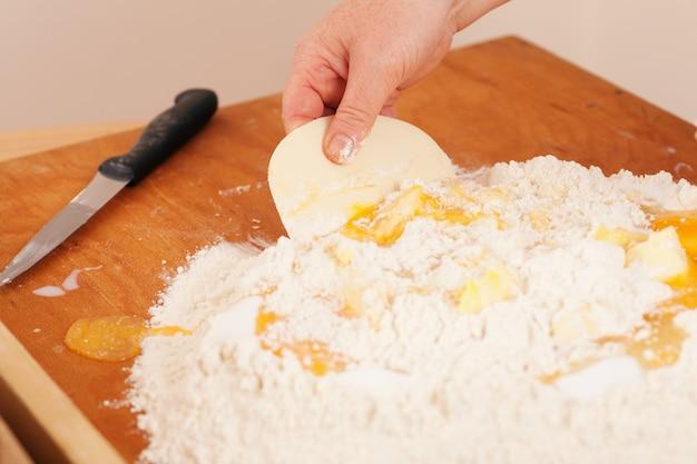 Donna mescolando la pasta
