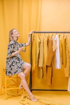 Donna moderna accanto al guardaroba
