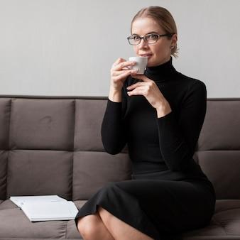 Donna moderna che beve caffè