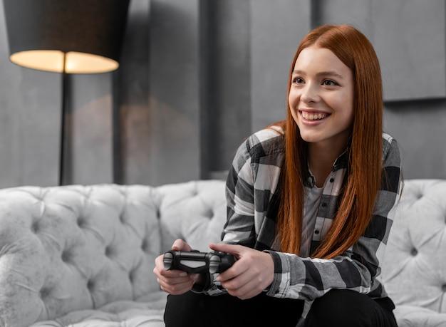 Donna moderna che gioca ai videogiochi