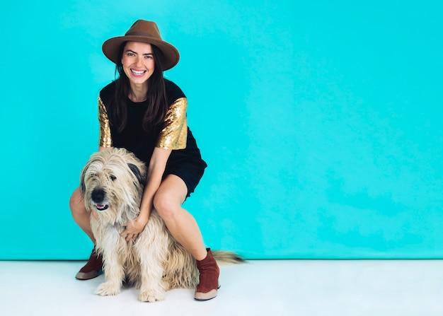 Donna moderna che posa con il cane