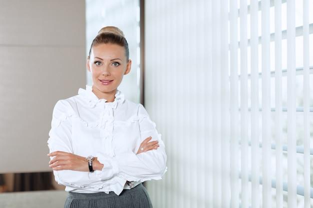 Donna moderna di affari in ufficio