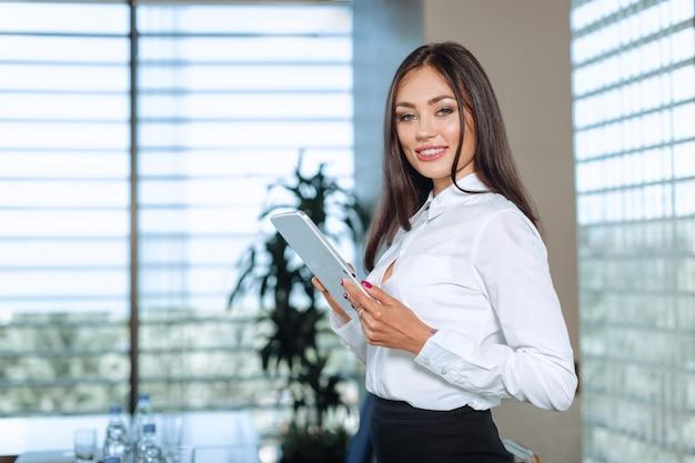 Donna moderna di affari nell'ufficio