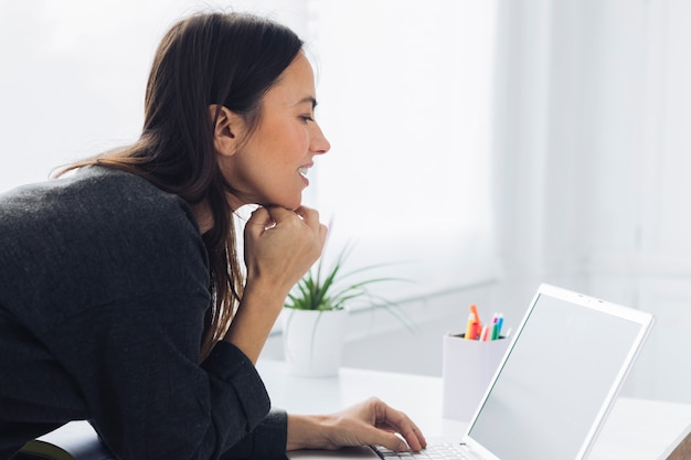 Donna moderna usando il portatile