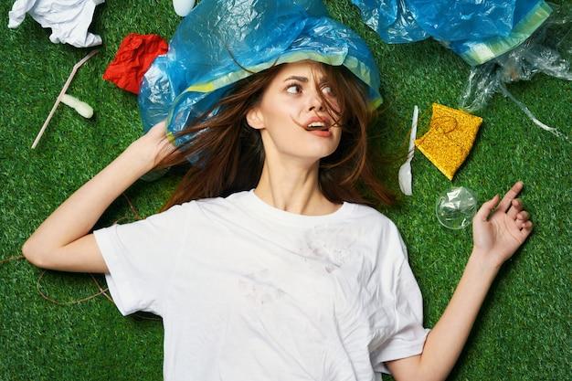 Donna montagna di immondizia, smistamento di immondizia, emissioni di immondizia in natura