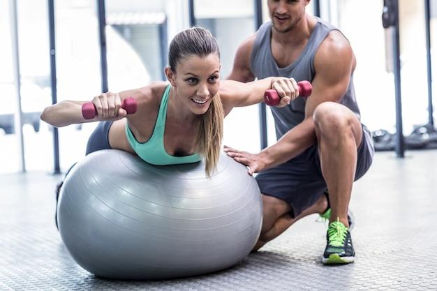Donna muscolare che alza un dumbbell