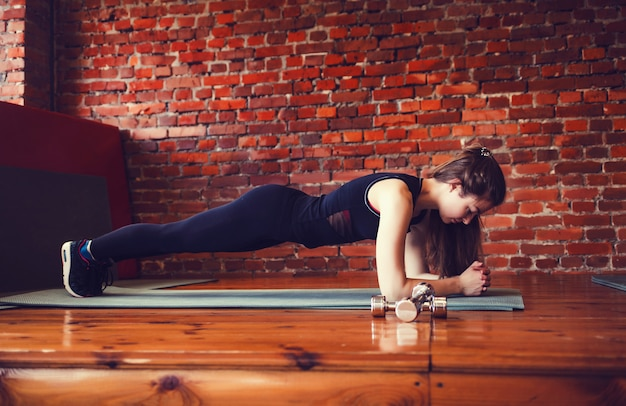Donna muscolare facendo esercizio di base