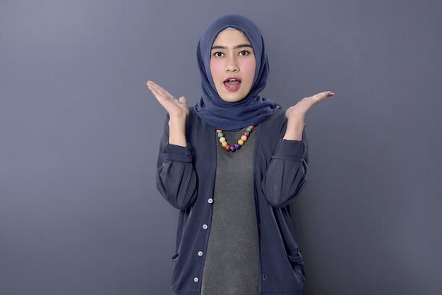 Donna musulmana asiatica allegra con espressione felice