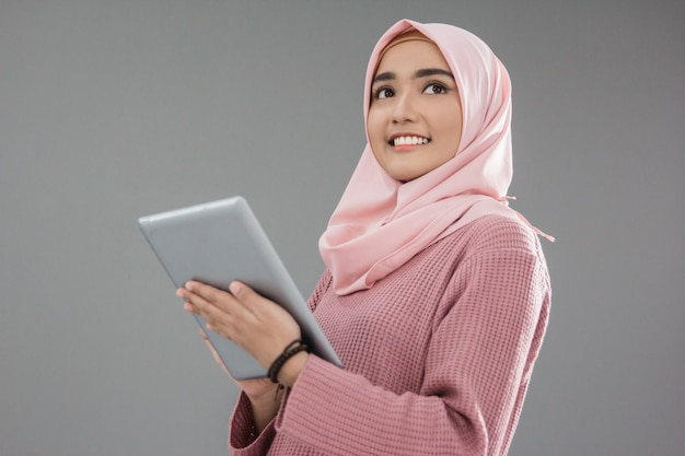 Donna musulmana asiatica attraente