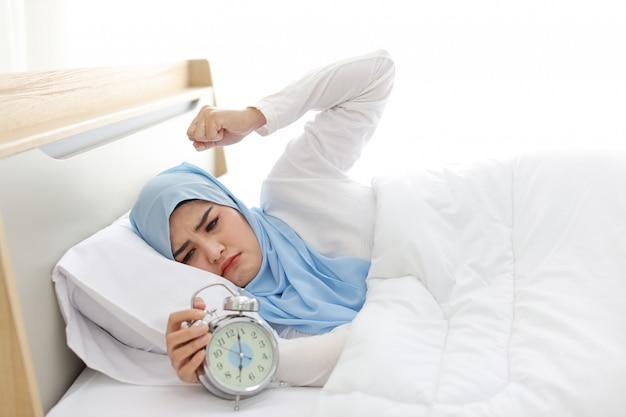Donna musulmana asiatica che sveglia