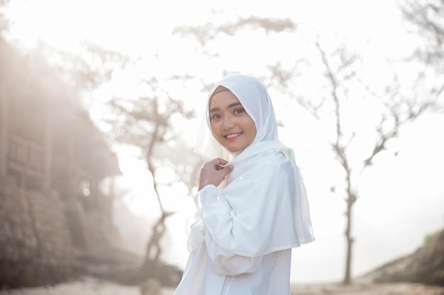 Donna musulmana asiatica con sciarpa