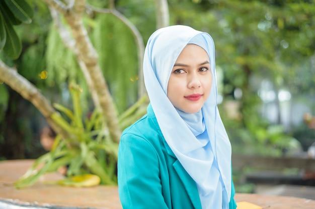 Donna musulmana con hijab in un caffè