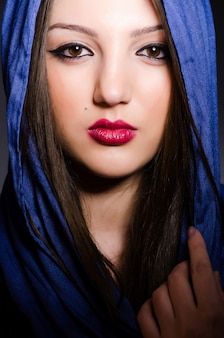 Donna musulmana con il foulard nel concetto di moda