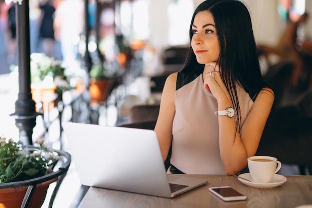 Donna musulmana di affari che lavora al computer