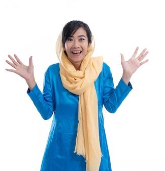 Donna musulmana emozionante felice sopra bianco