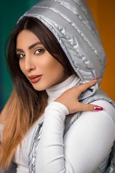 Donna musulmana in scialle hijab color argento