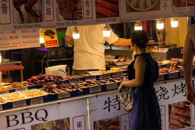 Donna negozi di cibo