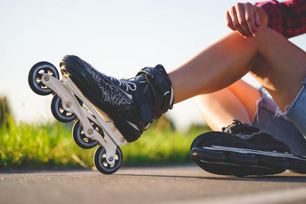 Donna nei pattini di rullo durante il pattinaggio in-linea all'aperto. stile di vita attivo. adolescente durante il pattinaggio