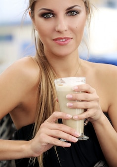 Donna nel caffè, bere il caffè