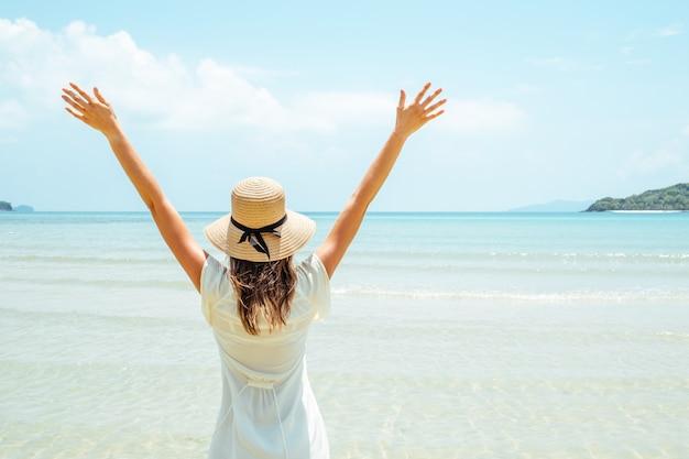 Donna nel concetto di libertà felice con le braccia alzate